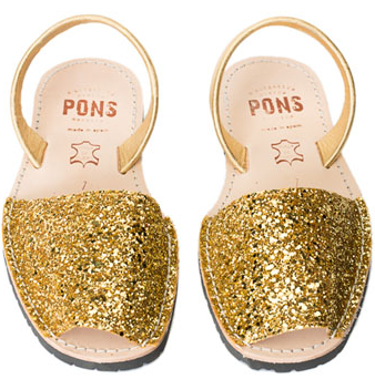 Sparkle this 4th in these glittery gold sandals from Avarcausa.com